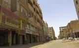 Toko-toko tutup di hari pertama pemogokan umum di kawasan bisnis di Khartoum, Sudan, Ahad (9/6).
