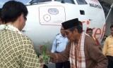 Tokoh adat Aceh Tgk Badruzzaman mempesijuk (tepungtawari) awak pesawat dan pimpinan sebuah maskapai perusahaan penerbangan  Malaysia saat tiba di Bandara Sultan Iskandar Muda, Blang Bintang Aceh Besar. (ilustasi)