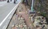 Trotoar untuk pejalan kaki di Jalan TB Simatupang,  Tanjung Barat, Jakarta Selatan kondisiya rusak dan ambles.
