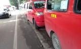 Trotoar yang berada di Jalan raya Sultan Agung, Kranji, Kota Bekasi dipenuhi oleh banyak angkot.
