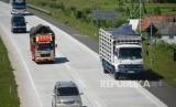 Truk angkutan barang melintas di ruas tol. ilustrasi (Republika/Wihdan)