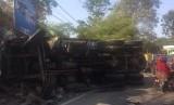 Truk fuso bermuatan batu split tabrak truk boks, di Jl Raya Terusan Pemuda, Kampung Suluhkuning, Desa Mekargalih, Kecamatan Jatiluhur, Purwakarta, Rabu (18/6).