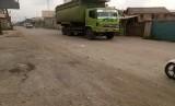 Truk-truk yang membawa tanah ini melewati jalan Marunda Makmur. Tanah yang bertebaran menganggu area sekitar