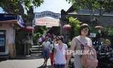 Turis asing dari Asia Timur meninggalkan Pasar Seni Guwang Sukawati Kabupaten Gianyar Bali. Wisatawan asing dari kawasan ini dikenal gemar berbelanja di kawasan wisata yang dikunjunginya.