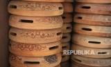 Ukiran menjadi ciri khas alat musik rebana, Jakarta Timur, Senin (5/6).