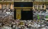 Umat Islam melakukan Tawaf keliling Kabah sebagai bagian dari pelaksanaan ibadah Umroh di Masjidil Haram, Makkah Al Mukarramah, Arab Saudi, Jumat (3/5/2019).