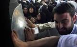 Umat Islam mencium Hajar Aswad di Masjidil Haram, Makkah, Arab Saudi.