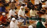 Umat Muslim Indonesia shalat selama sholat Tarawih pertama pada malam Ramadhan di sebuah masjid di Depok, Indonesia, 12 April 2021.