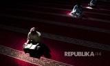 Pemaksaan beramal baik merupakan tahapan agar terbiasa berbuat saleh. Foto ilustrasi membaca Alquran.