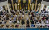 Umat muslim mendengarkan khotbah usai melaksanakan shalat Idul Fitri