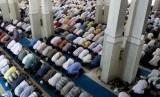 Umat Muslim menggelar shalat tarawih di salah satu masjid di kota Roma, Italia.