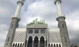 Umat Muslim menjalankan ibadahnya di salah satu masjid di Kota Seoul, Korea.