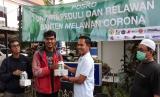 Universitas Sultan Ageng Tirtayasa (Untirta) bersama Relawan Banten Melawan Corona (RBMC) mendistribusikan hasil donasi hand sanitizer dan masker bagi wartawan dan masyarakat. Tidak hanya itu,  para relawan juga telah memasang tiga wastafel portabel di Kota Serang. Jumat (27/3)
