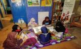 Untuk mengusir rasa bosan tersebut, para pelajar berinisiatif untuk berkunjung ke Rumah Cerdas Al Fatih untuk membaca komik atau buku positif lainnya.