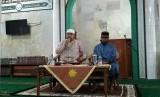 Ustadz Taufiqurrohman SQ (kiri).