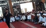 Ustaz Yusuf Mansur, saat mengisi tabligh akbar PT Pupuk Kujang Cikampek, di Masjid Narul Hayat, Jumat petang (8/6).