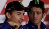 Valentino Rossi (kanan) dan Jorge Lorenzo