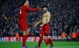 Van Dijk dan Mo Salah merayakan gol kedua Liverpool pada laga Liverpool melawan Manchester United di Anfield Stadium, Liverpool, Senin (20/1) dini hari WIB.