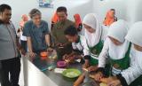 Vice president Commercial Bogasari Ivo Ariawan  meninjau siswa SMK Global yang sudah ikut pelatihan Program Teaching Factory.