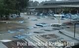 Viral foto taksi Bluebird terendam di pool mereka.