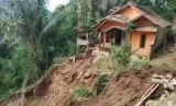 Wakil Bupati Garut Helmi Budiman meninjau lokasi longsor di Kampung Legok Bintinu, Desa Sukamaju, Kecamatan Talegong, Kabupaten Garut, Jumat (21/2).