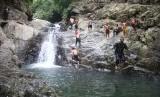 Wakil Bupati Purwakarta, Aming, saat meninjau objek wisata air terjun Curug Tilu, di Desa Ciririp, Kecamatan Sukasari.