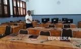 Wakil Kepala Sekolah SMK 1 Gunungguruh Kabupaten Sukabumi Dadang Somantri menunjukkan lokasi penempatan sebanyak 19 unit komputer yang hilang digondol maling Rabu (24/1).