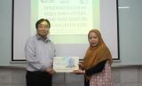 Wakil Ketua Bidang Akademik STMIK Nusa Mandiri, Nita Merlina  (kanan)  dan  Direktur CV Graha Ilmu, Drs Jozep Edyanto.