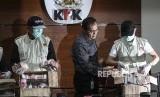 Wakil Ketua Komisi Pemberantasan Korupsi (KPK) Saut Situmorang (tengah) menunjukkan barang bukti Operasi Tangkap Tangan (OTT) KPK di Blitar dan Tulungagung di gedung KPK, Jakarta, Jumat (8/6).