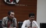 Wakil Ketua KPK, Laode M Syarif (kanan) dan Saut Situmorang (kiri) menggelar konferensi pers terkait tersangka baru kasus korupsi di Gedung KPK, Jakarta, Senin (10/6/2019).