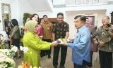 Wakil Presiden Jusuf Kalla bersama perangkat, staf dan pegawai di lingkungan Setwapres RI mendoakan Ibu Mufidah Jusuf Kalla yang berulang tahun ke-76 hari ini, Selasa (12/2).