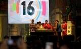 Wakil Presiden Jusuf Kalla (kedua kiri) memotong tumpeng didampingi (kiri ke kanan) Ketua INAPGOC Raja Sapta Oktohari, Menpora Imam Nahrawi, Sekjen NPC Pribadi, Ketua INASGOC Erick Thohir, dan atlet Asian Para Games David Jacob saat seremonial perhitungan mundur Asian Para Games 2018 di JIExpo, Jakarta, Jumat (6/10).