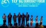 Wakil Presiden Jusuf Kalla (ketiga kiri) didampingi Presiden Republik Nauru Honarable Baron Divavesi Waqa (kedua kiri), Menteri Luar Negeri Retno LP Marsudi (kiri), Menteri Luar Negeri Tunisia Khemaies Jhinaoul (keempat kiri), Utusan Presiden Wilayah Timur Tengah Alwi Shihab (kelima kanan) dan Mantan Menteri Luar Negeri Hassan Wiradjuda (keempat kanan) memukul kentongan saat pembukaan Bali Democracy Forum Ke-10 di Indonesia Convention Exebition (ICE) Serpong, Tangerang Selatan, Banten, Kamis (7/12).