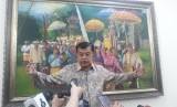 Wakil Presiden Jusuf Kalla saat diwawancarai wartawan di Kantor Wakil Presiden, Jakarta, Selasa (23/7).
