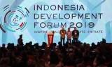 Wakil Presiden Jusuf Kalla (tengah) didampingi Menteri PPN/Kepala Bappenas Bambang Brodjonegoro (kanan) dan Duta Besar Australia untuk Indonesia Gary Quinlan (kiri) berfoto bersama seusai membuka Indonesia Development Forum (IDF) 2019 di Jakarta Convention Center (JCC), Jakarta, Senin (22/7/2019).