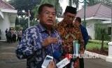 Wakil Presiden RI Jusuf Kalla didampingi Menteri Agama Lukman Hakim Saifuddin memberikan keterangan pers usai rapat mengenai kelanjutan pembangunan Universitas Islam Internasional Indonesia di Istana Wakil Presiden, Kamis (6/7).