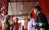 Wakil Wali Kota Jakarta Pusat Irwandi (kedua kiri). Irwandi mengatakan penjagaan trotoar Senen untuk mensterilkan wilayah itu dari pedagang kaki lima merupakan upaya relokasi dan bukan penggusuran.