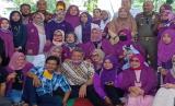 Wakil Wali Kota Tangerang Selatan (Tangsel), Benyamin Davnie melanggar aturan saat Tangsel menerapkan pembatasan sosial berskala besar (PSBB). Foto dirinya ramai jadi bahan perbincangan setelah berpose bersama warga dinilai tak mematuhi aturan berjaga jarak, Jumat (29/5)