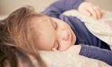 Waktu tidur yang cukup berpengaruh pada kesehatan mental anak.