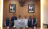 Wali Kota Bandung Oded Muhammad Danial (ketiga dari kiri) bersama pengurus Aman Palestin Indonesia di Pendopo Wali Kota Bandung, Selasa (16/04).