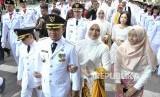 Wali Kota dan Wakil Wali Kota Bogor terpilih 2019-2024 Bima Arya (kedua kiri) dan Dedie A. Rachim (tengah belakang) berjalan saat inagurasi Pelantikan Wali Kota dan Wakil Wali Kota Bogor di Balaikota Bogor, Jawa Barat, Ahad (21/4/2019).