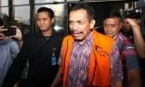 Wali Kota nonaktif Madiun, Bambang Irianto (tengah), bergegas seusai menjalani pemeriksaan di gedung Merah Putih KPK, Jakarta, Kamis (16/3).