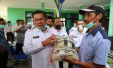 Wali Kota Serang Syafrudin saat memberikan bantuan pangan stimulus bagi para petani di Kecamatan Kasemen, Rabu (12/8)