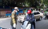 Wali Kota Sukabumi Achmad Fahmi memantau penerapan wajib memakai masker di sejumlah ruas jalan Kota Sukabumi, Jumat (1/5).