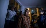 Wali Kota Tasikmalaya Budi Budiman keluar dari ruang kerjanya usai diperiksa sekaligus menyaksikan proses penggeledahan dari Komisi Pemberantasan Korupsi (KPK) di Bale Kota Tasikmalaya, Jawa Barat, Rabu (24/4/2019).