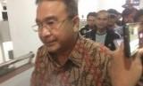 Wali Kota Tasikmalaya Budi Budiman usai 10 jam menjalani pemeriksaan penyidik KPK di ruang kerjanya, Bale Kota Tasikmalaya, Rabu (24/4) malam.
