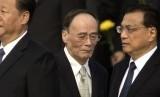 Wang Qishan (tengah) dan Xi Jinping (kiri).