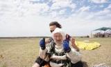 Wanita berusia 102 tahun, Irene O'Shea melakukan skydiving