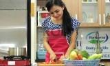 Wanita memasak.