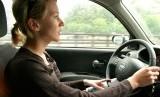 Wanita menyetir mobil. Ilustrasi